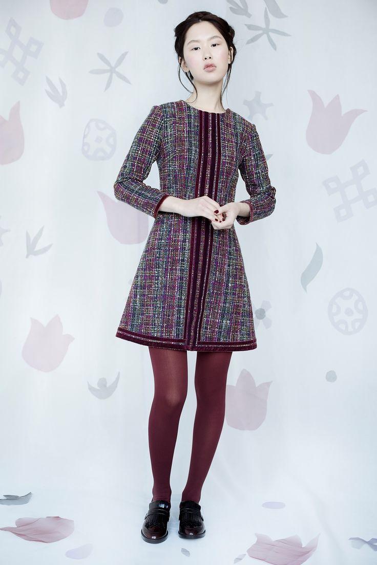 Шерстяное платье с тесьмой  Манишка женского калмыцкого платья всегда визуально выделена - будь то богатая вышивка или лаконичная тесьма. Тесьмой отделывали также центральную часть юбки и подол, создавая вытягивающий вертикальный акцент ⬇  Размеры: s (42), m (44), l (46) В единственном экземпляре. Стоимость: 7300 р.