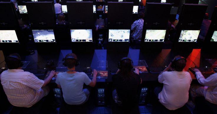 """Como mudar o terreno no jogo """"DotA"""". O mod extremamente popular do """"Warcraft III"""", """"Defense of the Ancients"""", desafia os jogadores a competirem em times de cinco em um único mapa com terreno fixo. Após centenas de horas de jogo, alguns deles ficam cansados de ver em toda partida as mesmas cores e texturas. Felizmente, é possível alterar a aparência do mapa ativando tipos de terrenos ..."""