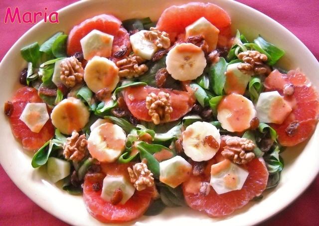 Ensalada de pomelo y canónigos con salsa de pimiento morrón. Ver receta: http://www.mis-recetas.org/recetas/show/36151-ensalada-de-pomelo-y-canonigos-con-salsa-de-pimiento-morron