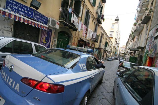 Scappano alla vista della Polizia, gli agenti trovano un arsenale: kalashnikov e proiettili - http://www.sostenitori.info/scappano-alla-vista-della-polizia-gli-agenti-trovano-un-arsenale-kalashnikov-proiettili/273131