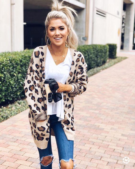Diese süße und freche Strickjacke verleiht Ihnen einen zusätzlichen Schub und verleiht Ihrem Büro einen modernen Look. Die Running Wild Leopard Cardigan-Funktion …