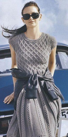 серое платье с узорами