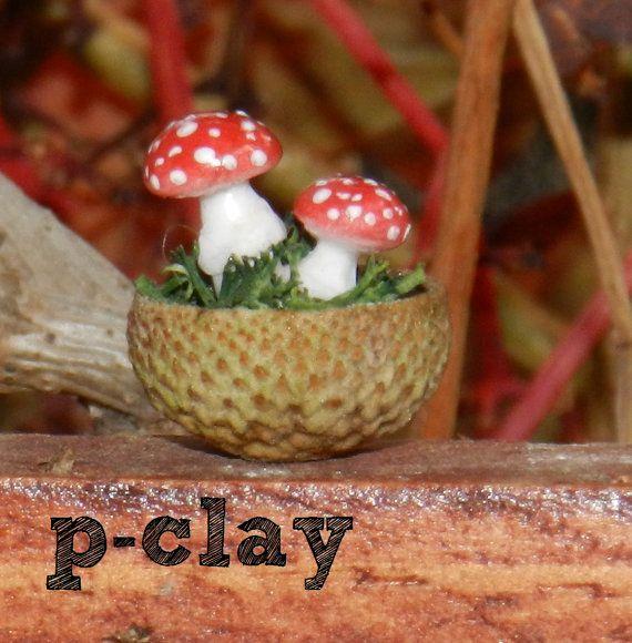 Bowl (shell acorn) with 2 mushrooms (Amanita muscaria / Fly agaric) made in polymer clay (1:12) by pclayplay. Cuenco (cáscara de bellota) con 2 setas (Amanita muscaria) realizadas en arcilla poliméricas (1:12) por Pclayplay.