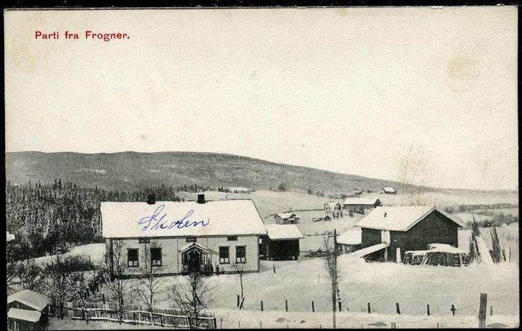 Beskrivelse  FROGNER i Sørum kommune Akershus fylke. Oversikt bygd med skolen (pånotert) i forgrunnen.