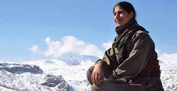 Τιμή και δόξα στην αντάρτισσα του PKK.  Μια νέα γυναίκα βασανίστηκε, βιάστηκε και το σώμα της πετάχτηκε γυμνό στο δρόμο. Αυτό το αποτρόπαιο έγκλημα δεν το έκανε το ISIS το έκαναν οι φασίστες του Ερντογάν, η τουρκική αστυνομία! Η γυναίκα αυτή ήταν μέλος του PKK και πολέμησε το φασισμό του Ερντογαν και του ISIS!