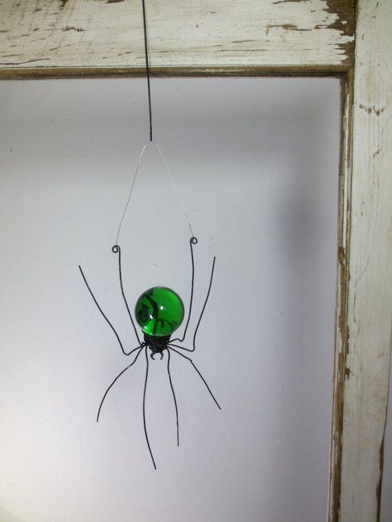 Ze hangt haar buik gloed groen in het zonlicht streaming via het venster tegen het glas, onbeweeglijk.  De vintage acryl globe die mij tweedehands voor wekken deze schoonheid vangt de wereld om haar heen. Als u in de diepten van dat orb stare ziet u de wereld voorbij de spin ondersteboven.  Ik zal gelukkig maken een prachtige spin zeer gelijkaardig aan dit één u!  Een lengte van dunne draad is tussen haar achterste voeten gebonden. Met een spijker of een haak hangt ze mooi aan een…