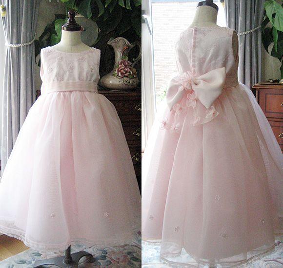 """100cmから120cmまでの小さいお子様に人気の子供用ドレスです。 ピアノやバイオリンなどの発表会やコンクールにぴったりなドレス。   ライトピンクカラーで、可愛らしく、ボリューミーなベルラインスカート! 可愛らしいピンク カラーと小花がモチーフの""""ピアノの発表会ドレス""""です。   北海道札幌市のお客様からご注文を頂いたドレスです。 小学生サイズ。120cm、床上がり10cmで制作をさせて頂きました。   シンプルなシルエットやデザインをお探しのお客様にオススメする一着です。   """"地域の発表会やコンクールの予選""""に、ドレスをお探しの方に最適なデザインです。   お子様のお好みに合わせて、""""ネックラインやカラー""""、""""リボンやコサージュ""""に変更して、 みてはいかがでしょうか?   デザイナーが""""一人一人の理想をドレスに制作""""を致します。 お気軽にご相談下さいませ。"""