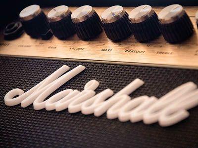 """""""...la definitiva caratterizzazione del """"suono Marshall"""" avviene con l'adozione di circuitazione a valvole nella serie denominata """"Plexi"""", nome dovuto al rivestimento in plexiglas del pannello frontale.  L'evoluzione dei modelli ha portato alla produzione delle serie JCM, utilizzata nell'Hard Rock e poi nell'Heavy Metal."""" [Wikipedia cit.]"""