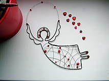 anjel je vyrobený z čierneho drôtu doplnený korálikmi ružovej farby. Je určený na zavesenie na stenu, či len tak do priestoru, do okná....