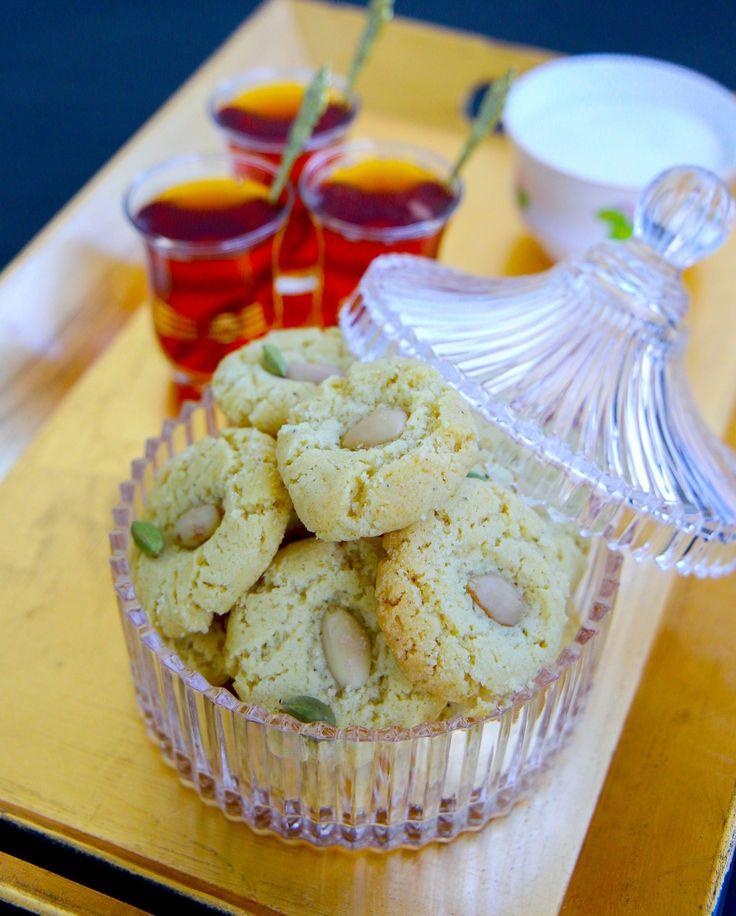 Spröda irakiska kakor med smak av kardemumma. Till mina shakar lamahar jag följt ett vanligt recept på klassiska drömmar men tillsatt kardemumma och mandel. Drömgoda blev dom! Hjortronsaltet gör kakornaextra spröda och goda. Du kan byta ut hjortronsalt mot bakpulver, men det ger inte samma spröda konsistens till kakorna. Om du ska använda bakpulver måste du dubbla mängden, använd då 2 tsk bakpulver till detta recept. Ca 60 st kakor 150g smör 4dl strösocker Ca 5 dl vetemjöl 1,5dl olja…