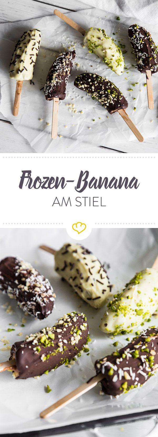 Schoko-Bananen 2.0: Mit Mandelmus und Schokolade umhüllt und mit Toppings garniert, sind diese eisgekühlten Früchtchen am Stiel der ultimative Sommer-Snack.