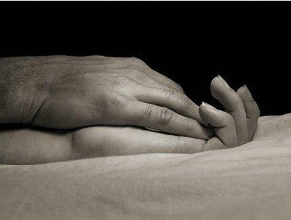 Quiero sentir el roce de tus manos en las mias, cuando las acaricias con esa dulzura que siempre lo haces... tus manos me hablan y solo me dedican palabras de amor... te quiero y es un sentimiento contra el que no puedo luchar...