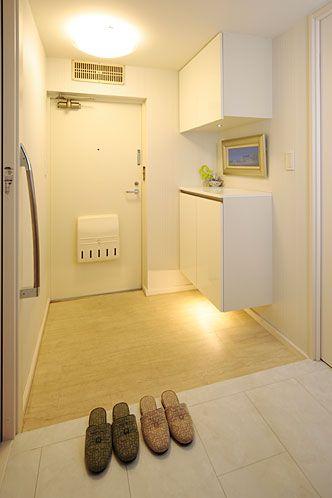 浮いた靴箱の下スペースには照明もあって明るい雰囲気の玄関。