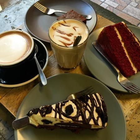 Cheesecake, apple pie, cupcakes, muffins, sandiwich, pancakes e la tipica gigantesca, tazza con il caffè lungo americano, gustati in un locale che ricorda le caffetterie newyorkesi. Né bar né pasti…