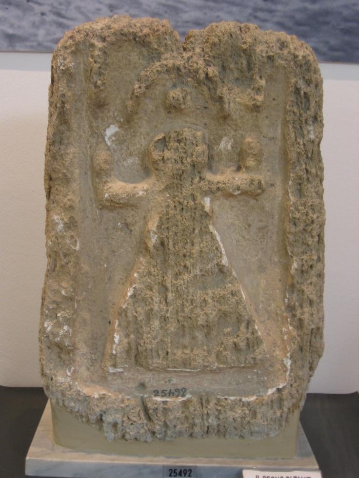 Stèle portant le « signe de Tanit », provenant du tophet de Nora en Sardaigne, musée archéologique de Nora.
