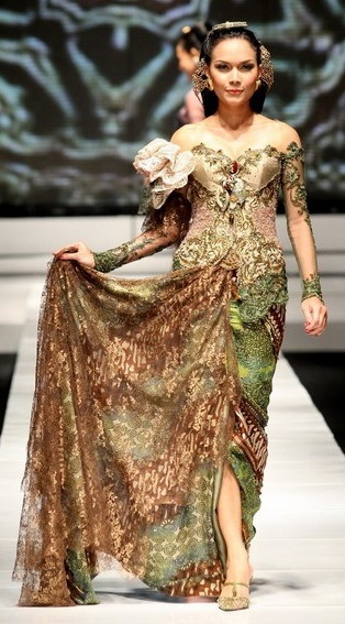 Kebaya modern #Indonesia #design #fashion #catwalk #model #style #culture #traditional @La Farme / Anne / La Farme / La Farme Avantie