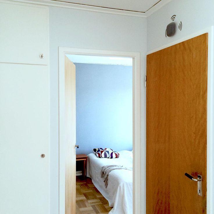Där inne tar vårt nyrenoverade sovrum form. Nya skugglister ligger på golvet, sängstommen är nedmonterad för att spraymålas och garderobsdörrarna ska slipas och... nu ska jag sova.  #renovering #sovrumsinspiration #retrohus ##60talshus #gabondörr #originaldetaljer #interiör #interiors #skandinaviskehjem