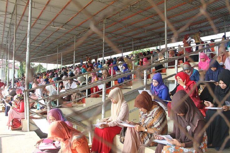 BANDA ACEH | ACEHKITA.COM -- Pemerintah Kota Banda Aceh menyelenggarakan tes tertulis bagi 1.520 calon tenaga kontrak di Stadion Lampineung, Banda Aceh, Ahad (8/3/2015). Mereka memperebutkan 60 posisi di sejumlah formasi yang ada.