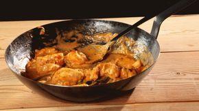 Ricetta Straccetti di pollo alla curcuma: Straccetti di pollo alla curcuma: un secondo piatto veloce e allo stesso tempo gustosissimo. Il pollo si veste di una panatura particolare: pangrattato arricchito con semi di sesamo e curcuma. Viene successivamente fritto e servito accompagnato da riso basmati bianco e cipolle stufate alla curcuma.