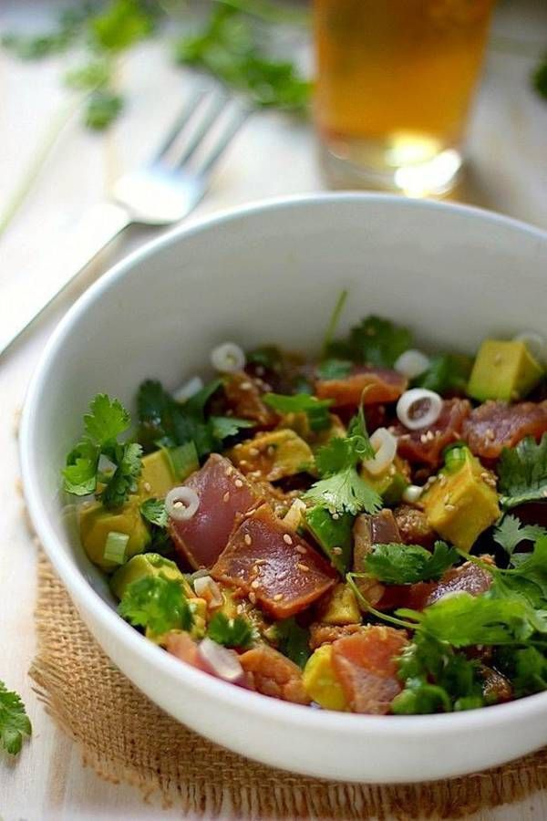 Poke bowl thon, avocat, oignon, sesame, coriandre. sauce soja, huile sesame…