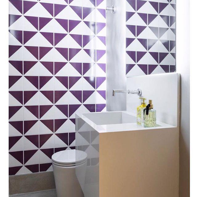 Lurca Azulejos   Nossos azulejos Raiz Roxo no projeto da @sopaarquitetura e @alessandragavazzi   Raiz Purple - Ceramic Tiles  // Shop Online www.lurca.com.br/ #azulejos #azulejosdecorados #revestimento #arquitetura #reforma #decoração #interiores #decor #casa #sala #design #cerâmica #tiles #ceramictiles #architecture #interiors #homestyle #livingroom #wall #homedecor #lurca #lurcaazulejos