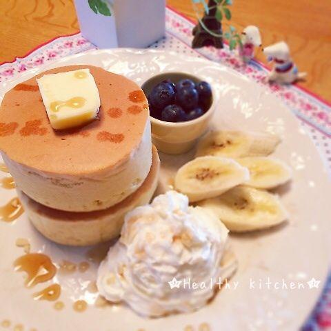 ずっと狙ってた憧れ厚焼きスフレタイプのパンケーキ( ⁼̴̀꒳⁼̴́ )✧ついに作りました!  ボタンをいろいろいじってたら、編集の仕方を発見!レシピを追記します(*´艸`*)  厚焼きスフレパンケーキ(9cmセルクル 3個分) ✴︎ホットケーキミックス   200g ✴︎卵黄   1個 ✴︎牛乳    150cc ✴︎サラダ油   大さじ1 ✴︎卵白    1個 ✴︎砂糖    大さじ1  セルクルの内側にオーブンシートを添わせておく。(ひっくり返した時、すぐにセルクルが外れるように。時間がかかると熱いです(-。-;  あと、型からあふれるくらい膨らんでも形が崩れないように)  1.ホットケーキミックスをボールに入れ、泡立て器でグルグル混ぜ、ダマをなくし空気を入れてふんわりさせる。 2.卵黄、サラダ油、牛乳を入れ泡立て器でさっくりと混ぜる。 3.卵白に砂糖を加え、しっかりピンと角が立つくらい泡立てる。 4.2のボールに3を1/2入れ泡立て器でグルグルしっかり混ぜる。 5.ヘラに持ち替えて残りの卵白もさっくり混ぜる。 6.フライパンにセルクルを置き予熱する。あっ...