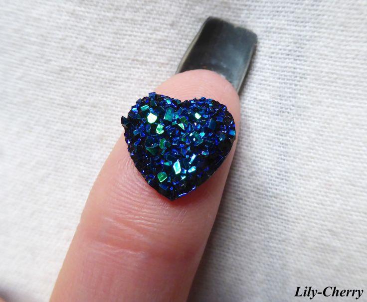 Cabochon coeur BLEU foncé couleur nacré irisé 12mm a facette strass imitation druzy pierre x1 : Cabochons, demi-perles par lilycherry