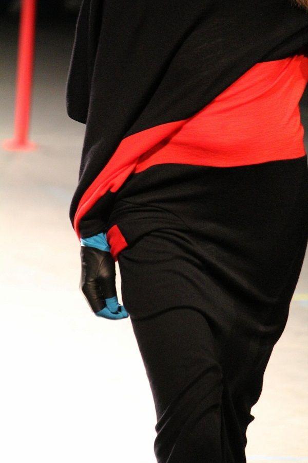 Yohji Yamamoto FW2012. オートクチュールやウエディングなど欧米の伝統や美の基準に意義を唱えてきた山本耀司が今回ターゲットにしたのは女性の体が美しいという価値観をベースにした服作りとハイヒールだった。ヨウジヤマモト(Yohji Yamamoto)は2012/2013年秋冬コレクションで、ヨウジヤマモト(Yohji Yamamoto)らしいドレープや1枚の布、ミリタリーなどを使いながら、山本耀司にとってタブーともいえる、女性の体そのものの美しさを強調したデザインや肌を露出したセクシーなデザインを提案している...
