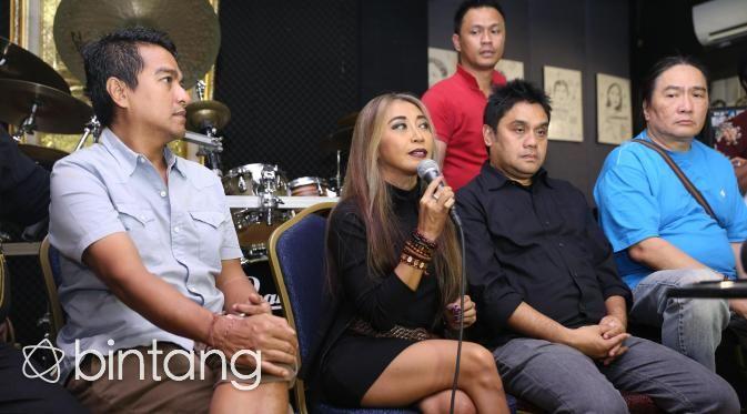 "Sejak vakum sekitar 25 tahun. Krakatau Band kembali dengan lagu baru dan mengaransemen lagu lawasnya. Band yang berdiri tahun 80-an ini telah menelurkan beberapa album diantaranya, Krakatau First Album, dan Krakatau Second Album. ""25 tahun bukan waktu yang sebentar. Krakatau, menandai keseriusannya untuk berkumpul (reuni) dalam bermusik setelah lama tak bersama,"" ucap Indra Lesmana. (Andy Masela/Bintang.com)  #KrakatauBand #BandIndonesia #Comeback #Bintang #Indonesia"
