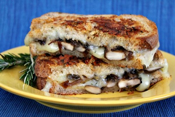Esthetic sandwich with mushrooms and caramelized onions