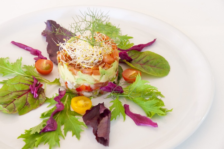 Tartar de aguacate con salmón. (#Mallorca, Balearic Islands, #Spain). Enjoy the typical Majorcan cuisine in our hotel-restaurant, a typical Catalonian country house, at the foot of the Puig de Randa.    http://www.esrecoderanda.com/