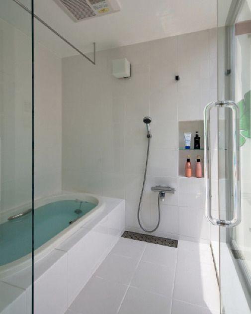 白いタイル貼りのシンプルな明るい浴室外の中庭にはカラフルな絵が描かれたジャングル風呂です   bucalone #COGITE@cogite_jp   オシャレなタイルを新春セール中 セール会場には @tilelife.co.jp のURLをクリックしてご来場ください 売り切れ御免の限定セールです  . . #バスルーム#浴室 #bath #シンプルテイスト #タイルライフ #tilelife  #家づくり #マイホーム #マイホーム計画 #マイホーム計画中 #住宅設計 #住宅デザイン #住宅建築 #住まい #住まいづくり #建築家 #工務店 #戸建 #一戸建て #新築 #リノベーション #マンションリノベ #リフォーム #タイル #タイル貼り #タイル張り #内装タイル #ハウスノート #housenote