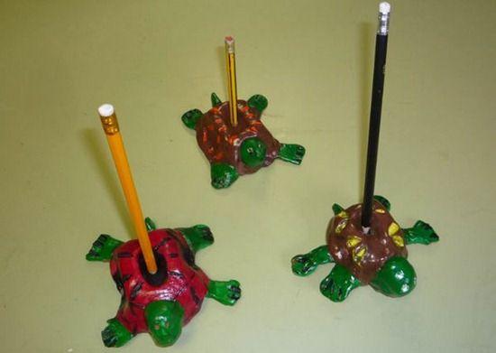 Amaya nos propone este precioso Porta lápiz ideal para regalar el Día del Padre. Un lapicero de barro con forma de tortuga.