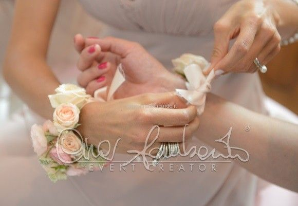 Braccialetto floreale per damigelle d'onore. Delicata raffinatezza e perfetto abbinamento di tinte delicate | Cira Lombardo Wedding Planner