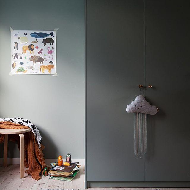 Otis rum, det går sakta men säkert framåt. Vi byggde in Ikea-garderoberna och det blev Vi målade dörrarna och det verkar funka bra. Inte lika tåligt som när man lämnar in på lackering men känns ändå stabilt än så länge. Vi ruggade upp ytan sen på med målartvätt. Färg från Nordsjö i kulören Dusky Paris, samma som väggen. Näst på tur är att bygga ett litet skrivbord och hyllor där pallen står.  #nordsjö #abcfärg #barnrum #kidsroom #barnerom #ikea #garderober