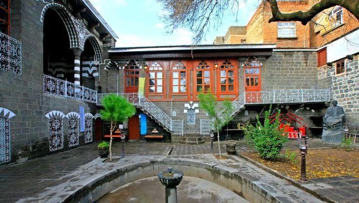 Cahit Sıtkı Tarancı Müzesi-DİYARBAKIR- Diyarbakır evlerinin ozelliklerini en ozgun bicimde muhafaza eden ve en guzel orneklerden birisi olan Cahit Sıtkı Tarancı'nın evi Diyarbakır il merkezindeCamii Kebir Mahallesinde yer almaktadır. Turk edebiyat dunyasının ve Diyarbakır'ın unlu şairlerinden biri olan Cahit Sıtkı Tarancı'nın doğduğu ev, Diyarbakır evlerinin ozelliklerini en ozgun bicimde muhafaza eden guzel orneklerden birisidir.