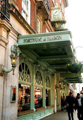 Fortnum & Mason, en  Piccadilly St, a dos minutos de Picadilly Circus. Uno de los grandes almacenes mas famosos de Londres.  Se establecio en  el año 1707 por William Fortnum y Hugh Mason. Por lo tanto ¡¡¡¡ tiene ya mas de tres siglos!!!!! Es una preciosa tienda especializada en tes, todo lo necesario para prepararlos y en sofisticadas cestas de picnic