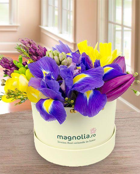 Aranjement de primavara cu irisi, lalele, narcise si zambile