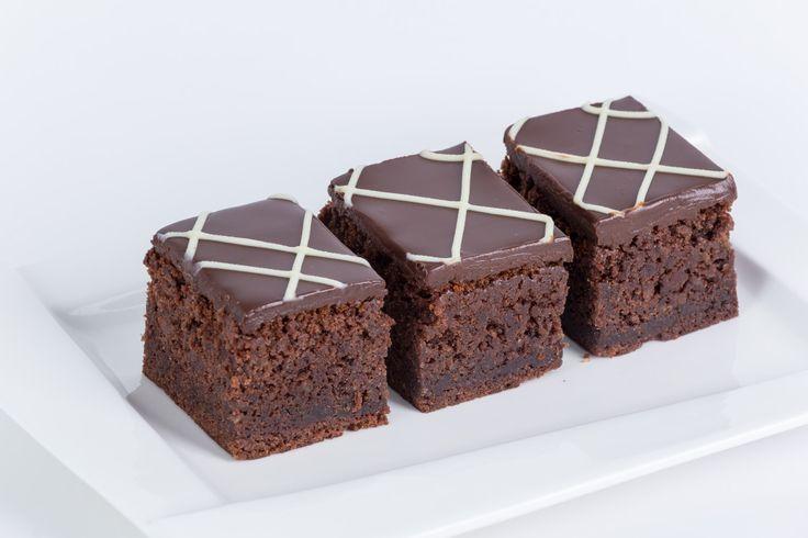 NEGRESA Ceva delicios şi mai mult ca sigur  o combinaţie fabuloasă de ciocolată în toate formele şi consistenţele.  O prăjitură cu multă, multă ciocolată și cacao, glazurată cu ganache de ciocolată.