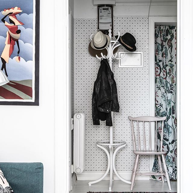 ★ Hallandsgatan 46B Etta med sovalkov och vitmålade trägolv  Ansvarig Mäklare: Evelina Schmekel———————————————————————— #interior #interiordesign #nordiskahem #södermalm #home #realeatate #livingroom #scandinavianhome #interiordecor #interiØr #bedroom #photooftheday #interior4all #interiors #interior123 #design #room #roomforinspo #instahome #skandinaviskehjem #m #interiorforyou #interiordetails #instagood #retro #vintage #homedecore #homesweethome #instaday