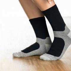 Gilofa Sport Nordic Walking Socke schützt vor Druckstellen und unterstützt Bänder und Gelenke. Durch die spürbare Stützkraft verbessert sich die Durchblutung beim Nordic Walken und die Leistungsfähigkeit wird gesteigert. Komfortsohle mit Dämpfungspolstern. Spezialfasern wirken gegen Blasenbildung und Fußgeruch. Die bessere Durchblutung fördert die Revitalisierung der Beine und stabilisiert Muskeln und Gelenke. In den Farben: schwarz/schwarz-meliert, grau/grau-meliert und weiß.
