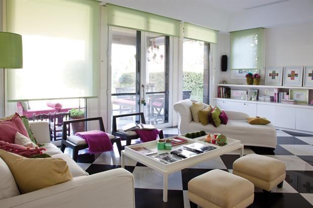 una mesa baja con tres bandejas (Champagne) donde libros y objetos configuran diferentes situaciones decorativas que pueden retirarse y cambiarse fácilmente..