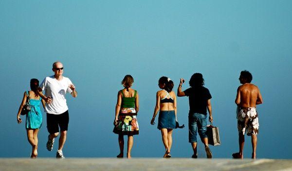 Todos podemos mejorar nuestra salud practicando ejercicio físico suave y regular en nuestras casas, saliendo a caminar, andar en bicicleta o nadar.