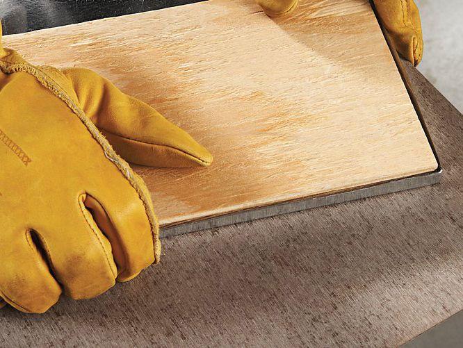 PASO 5) Coloque su plancha de metal en la bandeja de madera. Agregue agua y plantas en macetas de terracota. !! Sugerencia: Realizar un pliegue perfecto puede resultar difícil. Una vez haya colocado el forro de metal en la bandeja, puede ajustarlo golpeándolo con un mazo de goma.