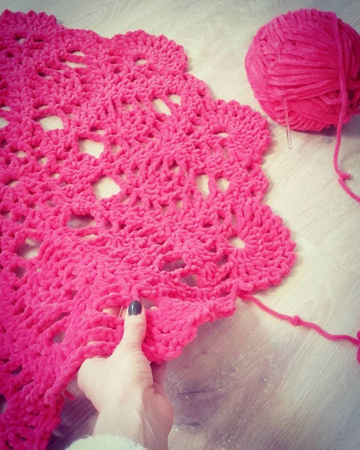 Mój pierwszy dywan :) Miękki i pluszowy. Kolor ogromnie nasycony. Wspaniały projekt! Bardzo przyjemna robota ; )  #handmade #pink #crochet #rug #himalaya #workinprogress #crocheting #soft #crochetdoily #greatidea