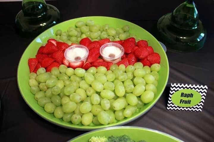 Aperitivos saludables en una mesa de postre con temática de las tortugas ninjas