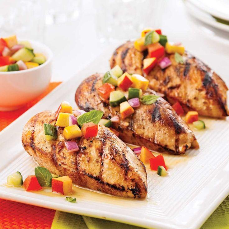Une salsa de fruits et de légumes pour jazzer les poitrines de poulet sur le gril, quelle bonne idée!