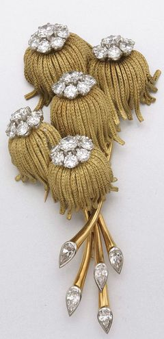 GOLD AND DIAMOND FLOWER BROOCH, FRENCH, CIRCA 1945 40 diamonds approx 8.00 cts.