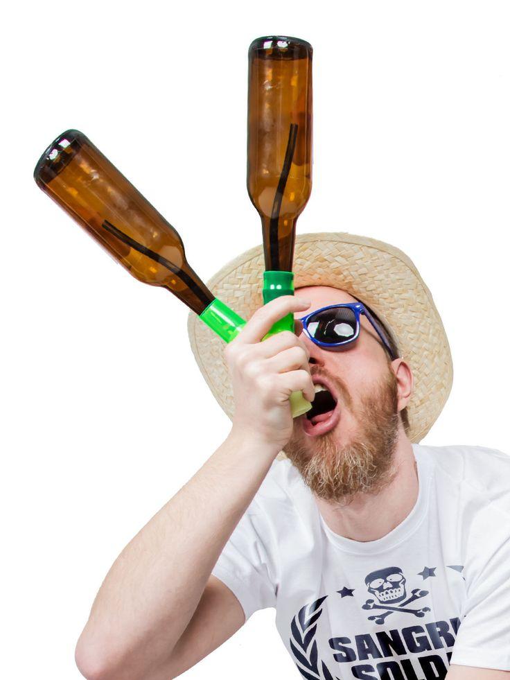 Head Rush Beer Bong Bier-Bong Beerbong 2 Bottle Bong nachtleuchtend Bierstürzer Saufmaschine schwarz-grün 14x11x3cm, aus unserer Kategorie Junggesellenabschied/Bier Bongs. Diese 2 Bottle Bong ist nur was für echte Kerle. Denn mithilfe der Bierbong kann man(n) gleich zwei Flaschen Bier auf einmal exen. Ein echt geniales Party-Gadget, das auf JGA-Parties, Festivals, Malle-Parties und anderen alkoholbasierten Events sicher einschlagen wird wie eine Bombe.