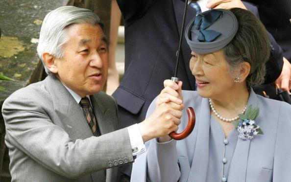 天皇皇后両陛下 Emperor Akihito, Empress Michiko, 皇紀2667年(平成19年, AD2007) お互いに相手が濡れないようにお気遣い合っておられる御様子…(´ω`* ) あああ何て優しいオーラ*(´ω ` )